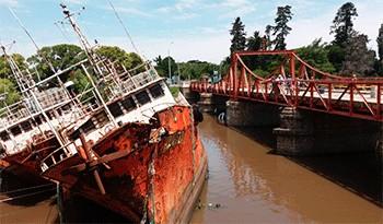 Gobierno retiró los tres barcos que chocaron contra el puente en Carmelo