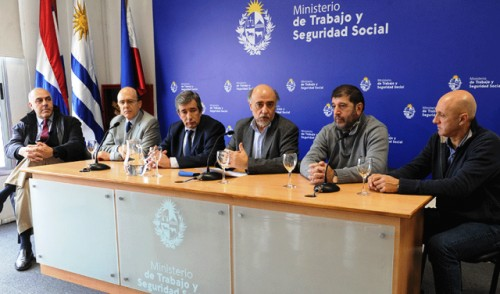 Gobierno, sindicatos y cámaras empresariales firmaron el acuerdo salarial puente