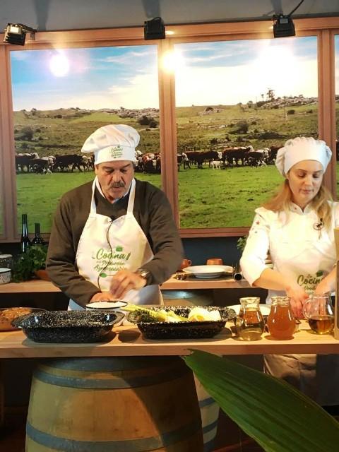 Ministro Uriarte preparó un plato típico en la cocina del estand del MGAP