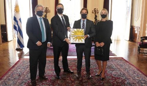 Presidente Lacalle Pou entregó pabellón nacional y cartas credenciales a embajadores en Ecuador, Italia y Perú