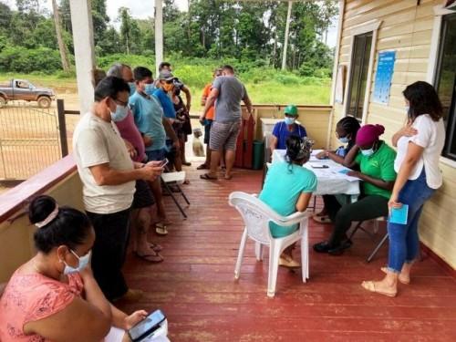 Personas desplazadas en América Latina reciben la vacuna contra la COVID-19