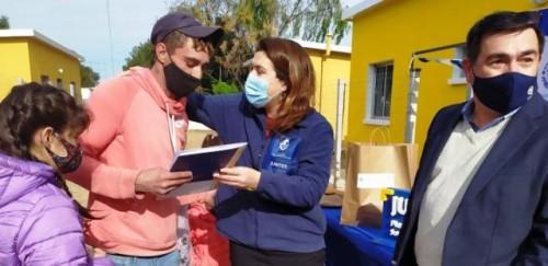 Familias participantes reciben las llaves de sus nuevas viviendas